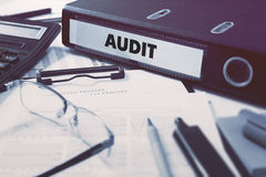 Audit sur le dossier de bureau Image modifiée la tonalité photo stock
