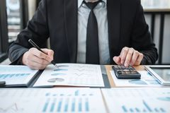 Audit travaillant de comptable d'homme d'affaires et calcul des données financières de dépenses sur des documents de graphique, f photo libre de droits