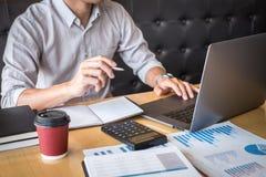 Audit travaillant de comptable d'homme d'affaires et calcul de la d?claration financi?re annuelle financi?re de bilan de rapport  image libre de droits
