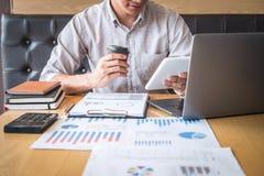 Audit travaillant de comptable d'homme d'affaires et calcul de la d?claration financi?re annuelle financi?re de bilan de rapport  photo libre de droits