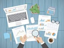 Auditar conceptos El interventor del hombre de negocios examina la determinación de documentos financieros Foto de archivo libre de regalías