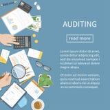 Auditer, rendant compte, analyse, analytics Le commissaire aux comptes inspecte les documents financiers Mains d'homme d'affaires Images stock