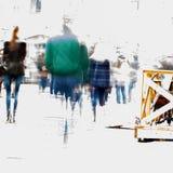 Auditeurs d'un concert-promenade abstraits de personnes de tache floue le long d'un boulevard dans la ville Silhouettes masculine Photos stock