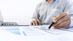 Auditoría de trabajo del contable del hombre de negocios y cálculo de la aleta del costo fotos de archivo