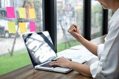 Auditoría y éxito de trabajo del contable tablero del horario del recordatorio del papel de nota, de la mujer de negocios pegajos fotos de archivo