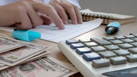 Auditor die financiële documenten met calculator controleren Boekhouding en controleconcept stock video