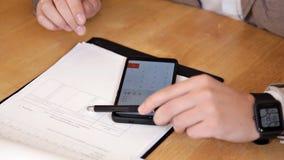 Auditores que verificam os originais de negócio da empresa, trabalhando em portáteis, vista superior vídeos de arquivo