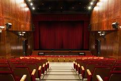 Auditorio con las sillas rojas Imagenes de archivo