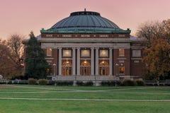 Auditorio de la universidad en el crepúsculo Imagen de archivo