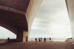 Auditorio De Ténérife, Santa Cruz de Tenerife, Espania - 26 octobre 2018 : Quelques visiteurs admirent la vue par un panneau laté photos libres de droits