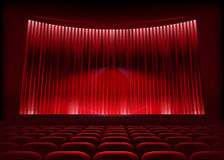 Auditorio del cine con la cortina de la etapa. Imagen de archivo