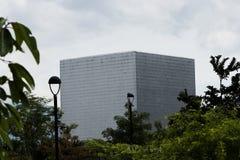 Auditorio en Medellin en forma del cubo al lado de las empresas públicas que construyen con el cielo blanco imágenes de archivo libres de regalías
