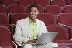Auditorio feliz de Using Laptop In del hombre de negocios fotos de archivo