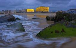 Auditorio iluminado, festival de cine internacional de Kursaal, al lado de la playa de Zurriola, San Sebastián Imágenes de archivo libres de regalías