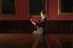Auditorium di Reading Folder In della donna di affari fotografie stock