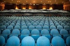 Auditorium mit Reihen von blauen Sitzen mit Gel?nder in der R?ckseite lizenzfreie stockbilder