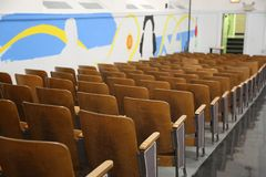 Auditorium van lege school, stoelen Stock Fotografie