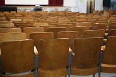 Auditorium von der Schule leer, Stühle stockbilder