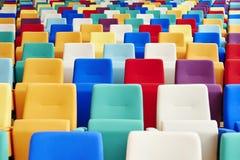 Auditoriums-Sitzplätze vieler Farben Stockbilder