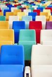 Auditoriums-Sitzplätze vieler Farben Stockbild