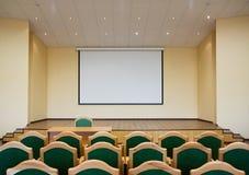 Auditoriumshalle mit Projektionsbildschirm Stockbild