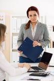 Audytor przygotowywający sprawdzać pieniężną dokumentację zdjęcie royalty free