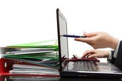 Audytor wskazuje z piórem na laptopu ekranie, pokazuje informację obraz royalty free