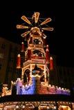 auf圣诞节m市场pyramide rchen weihnachts 免版税库存图片