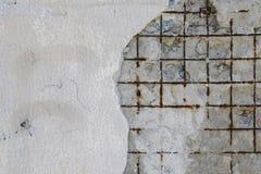 Auf alter Wand fiel der Teil des Gipses herunter und ein rostiges Metallgitter ist- sichtbar Hintergrund für Ihre Auslegung Stockfoto