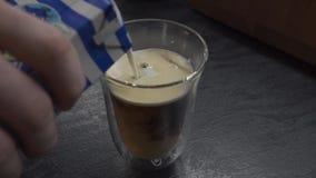Auf Amerikaner gießen Sie Milch stock video