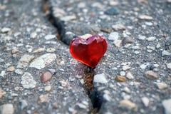 Auf Asphalt viel Spalt Auf dem Sprung ist das Symbol des Herzens lizenzfreie stockfotos