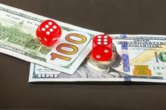 Auf Banknoten Poker mit zwei ist der rote Würfeln Lizenzfreie Stockbilder