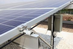 Auf Boden Solar mit Erdungs-und Enden-Klammern-Installation lizenzfreie stockfotos