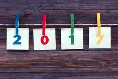 2017 auf Briefpapier- und Stoffklammer auf hölzernem Hintergrund Stockfotos