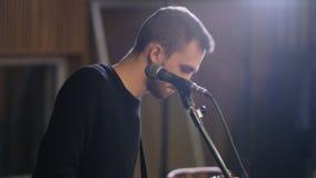 Auf das Rhytm von Musik umziehender und singender Gitarrist stock video