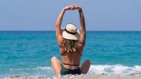 Auf dem berühmten Strand des Kleopatra-Restmädchens in einem schwarzen Badeanzug lizenzfreie stockfotos