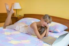 Auf dem Bett Lizenzfreie Stockfotos