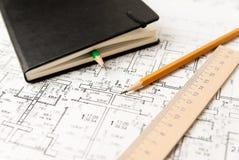 Auf dem Blatt der Zeichnung ist Bleistifte mit Notizblock Stockfoto