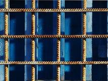 Auf dem blauen Metallgitter von rostigem Stockfotos