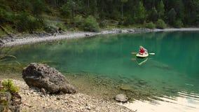 Auf dem Blindsee See Kayak fahren, Österreich stock footage