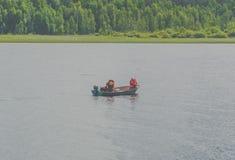 Auf dem Boot, das ein Paar fischt Lizenzfreie Stockbilder