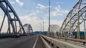 auf dem Brückenverkehr stock video