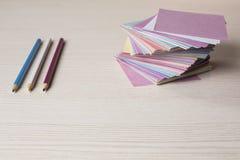 Auf dem Desktop gefaltete farbige Aufkleber für Anmerkungen Lizenzfreies Stockfoto