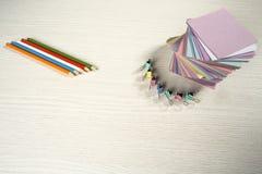 Auf dem Desktop gefaltete farbige Aufkleber für Anmerkungen Lizenzfreie Stockfotografie