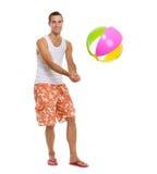 Auf dem Ferienmann, der Volleyball mit Wasserball spielt Stockfoto