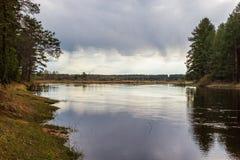 Auf dem Fluss vor dem Regen Lizenzfreie Stockfotografie