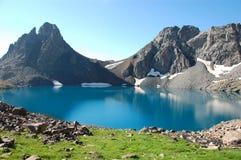 Auf dem garssy Ufer von einem blauen See lizenzfreie stockfotos