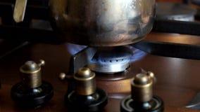 Auf dem Gaskocher ist brennendes Gas stock video