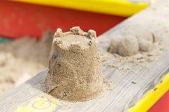 Auf dem Geländer des Sandkastens ist ein Turm des Sandes Lizenzfreies Stockfoto