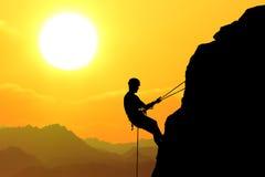 Auf dem gelben Sonnenunterganghintergrund Lizenzfreie Stockbilder
